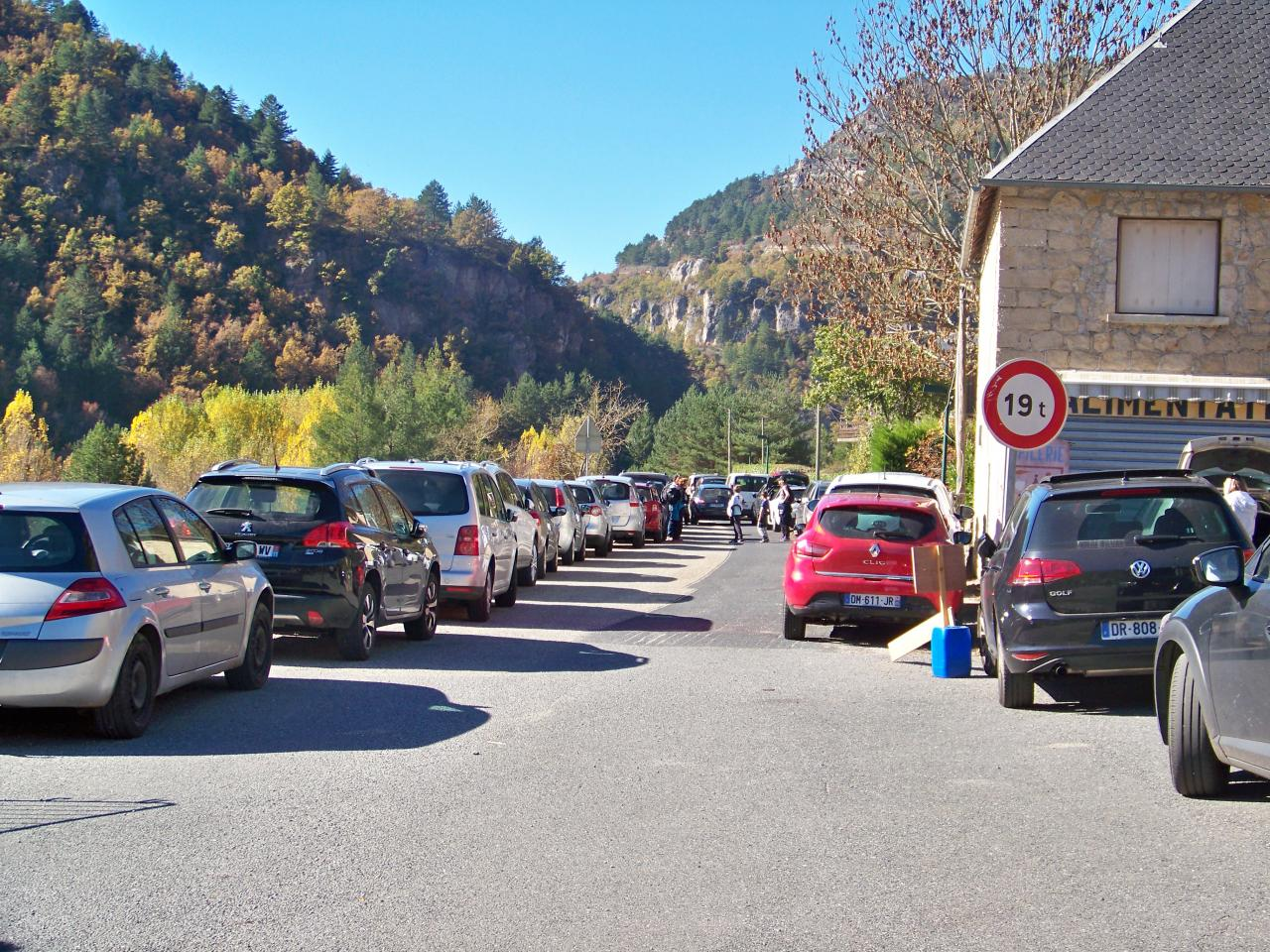 Parking plein à TREVES 2 (photo bruno)